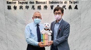 Prof. Wen-I Lin and Director Adila