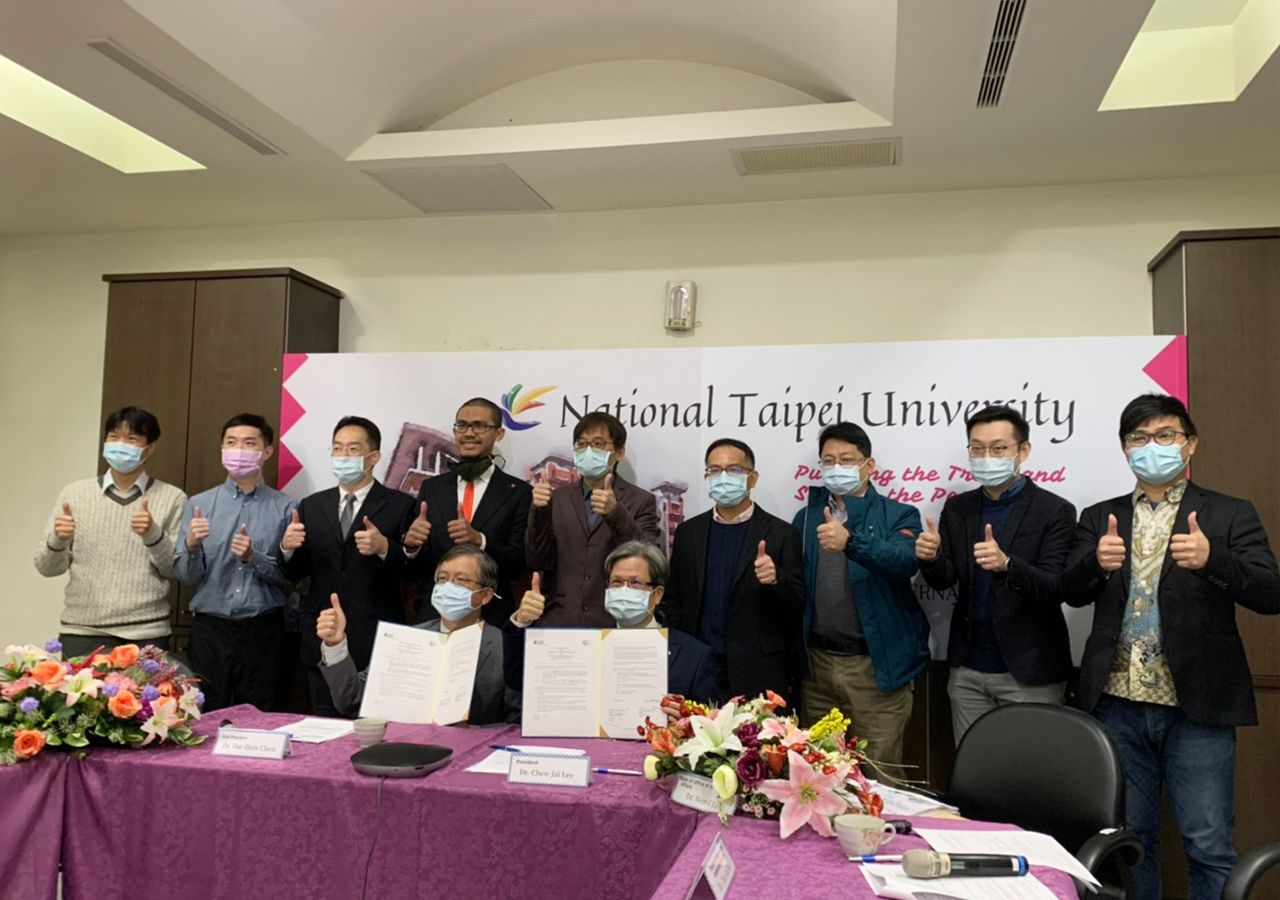 NTPU faculty take a group photo to celebrate the new relationship with University of Al Azhar.