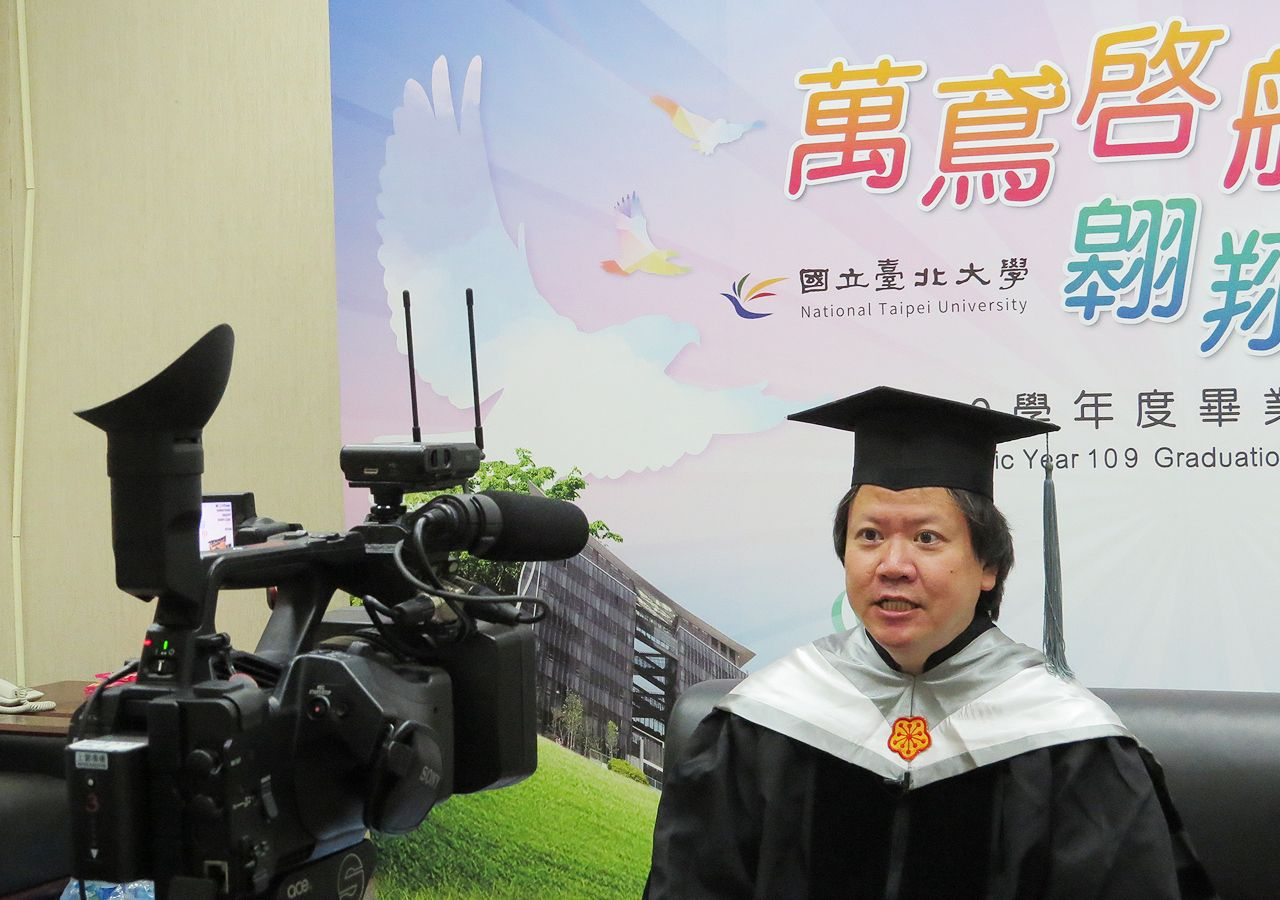 Dean of College of Business Chih Hsiang-lin speaks to graduates through video.